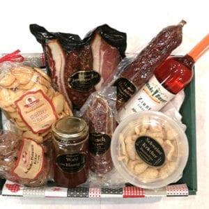 Einen perfekten Geschenkskorb für Ihren besten Freund mit vielen verschiedenen Produkten.