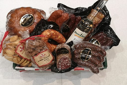 Grosser-Geschenkskorb von Danke Bauer mit verschiedenen Bauernprodukten.
